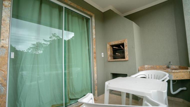 COD A164 – Apartamento de 2 dormitórios localizado a 150 metros da praia de Bombas